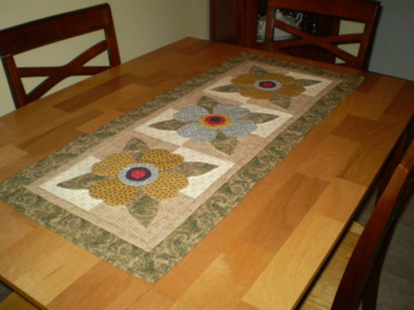 Quilters Connecton – Posy Trio Table Runner